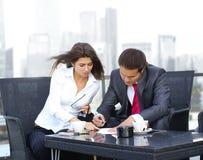 Un jeune couple d'affaires fonctionne à l'extérieur Image libre de droits