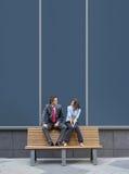 Un jeune couple d'affaires se reposant sur un banc Image libre de droits