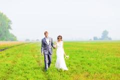 Un jeune couple dans des jeunes mariés d'amour, jour du mariage en été Appréciez un moment de bonheur et d'amour dans un domaine  Photos stock