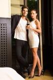 Un jeune couple dans l'amour appréciant un verre de vin Photo stock
