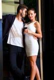 Un jeune couple dans l'amour appréciant un verre de vin Photos stock