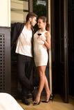 Un jeune couple dans l'amour appréciant un verre de vin Photographie stock libre de droits