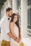 Un jeune couple dans l'amour dans la ville se gare pendant l'été Image stock