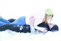 Un jeune couple dans l'amour en hiver Images libres de droits