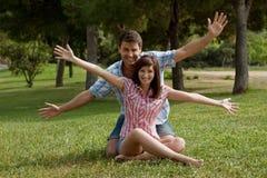 Un jeune couple dans l'amour en stationnement Image stock