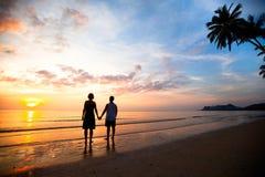 Un jeune couple dans l'amour retenant des mains Photo libre de droits