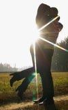 Un jeune couple dans l'amour se tenant sur la nature Images libres de droits