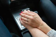 Un jeune couple dans l'amour tenant des mains, tenant dessus le levier de décalage entrant dans le voyage par la route Un homme e Photos stock