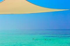 Un jeune couple des vacances sur une île tropicale San de corail blanc Photos stock