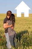 Un jeune couple doux dans l'amour Photographie stock libre de droits