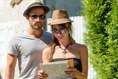 Un jeune couple en vacances Photos libres de droits
