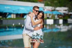 Un jeune couple fantastique est une date dehors De l'amour femelle et bel mignon d'homme Histoire d'amour Images stock