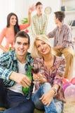 Un jeune couple grillant avec des boissons Images stock