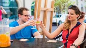Un jeune couple heureux dans un café. Images libres de droits