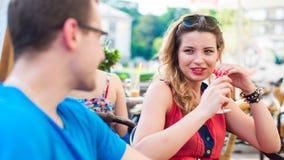 Un jeune couple heureux dans un café. Photographie stock