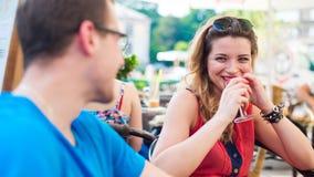 Un jeune couple heureux dans un café. Image libre de droits