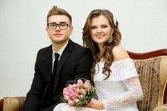 Un jeune couple heureux pendant le mariage image libre de droits