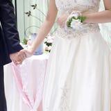 Un jeune couple leur jour du mariage Photos libres de droits