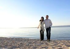 Un jeune couple marchant le long d'a Photographie stock