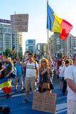 Un jeune couple montrant des bannières à la protestation de Diaspora photo stock