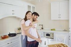 Un jeune couple prend le petit déjeuner à la table dans la cuisine photos libres de droits