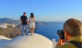 Un jeune couple regardant la mer images libres de droits