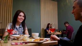 Un jeune couple se reposant par la table dans un café Manger des fruits de mer et des pâtes photos libres de droits