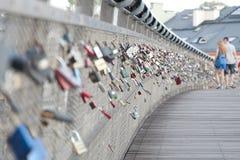 Un jeune couple sur le pont padlocked Photographie stock
