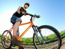 Un jeune cycliste sur son vélo Photographie stock libre de droits