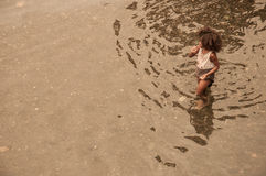 Un jeune enfant africain se baignant en rivière locale Photo libre de droits