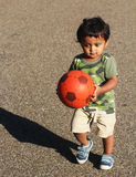 Un jeune enfant en bas âge indien jouant avec la boule Photo stock