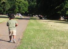 Un jeune enfant en bas âge indien marchant dans le jardin Photographie stock