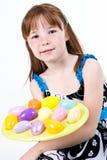 Jeune enfant féminin tenant un plat des oeufs de pâques Images libres de droits