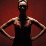 Un jeune et attirant femme dans une robe érotique rouge images stock