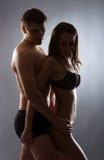 Un jeune et beau couple caucasien dans la lingerie Images libres de droits
