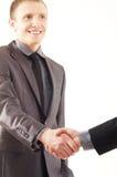 Un jeune et bel homme d'affaires se serrant la main Image libre de droits