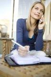 Un jeune femme au téléphone Images libres de droits