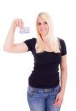 Un jeune femme avec par la carte de crédit Photos stock