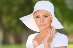 Un jeune femme blond à l'extérieur Image stock