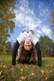 Un jeune femme effectue un handstand Images libres de droits