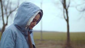 Un jeune femme marche banque de vidéos