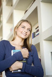 Un jeune femme retenant un livre Photographie stock libre de droits