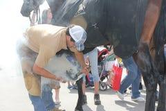 Un jeune forgeron au travail. Photos libres de droits
