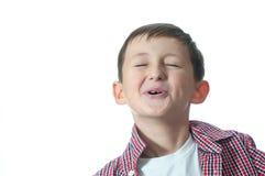 Un jeune garçon d'isolement au-dessus du fond blanc. Photographie stock libre de droits