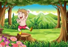 Un jeune garçon espiègle à la forêt se tenant au-dessus du tronçon illustration libre de droits
