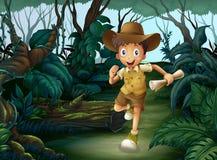 Un jeune garçon au milieu des bois Photos stock