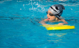 Un jeune garçon dans la piscine Photo stock