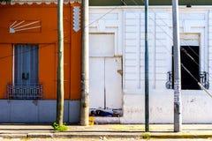 Un jeune garçon dort sur une étape dans la rue Photographie stock libre de droits
