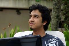 Un jeune homme à l'aide d'un ordinateur portatif photos libres de droits
