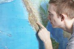 Un jeune homme à la carte photos stock
